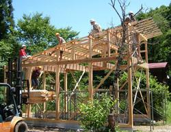 10小屋屋根板上げ