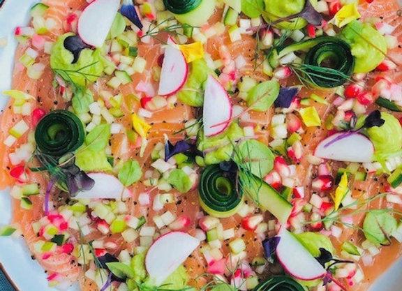 Frisse salade van zalm met Oosterse dip