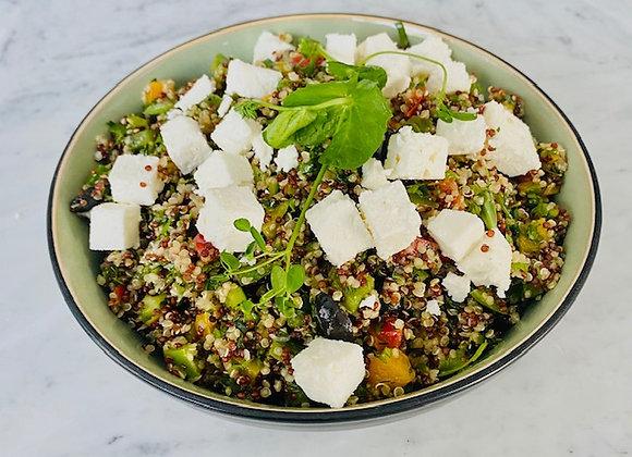 Quinoa salade met zwarte olijf, feta en seizoensgroenten