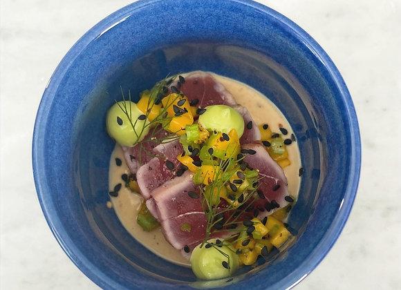 Tataki van tonijn slaatje van pinda, mango en wasabi