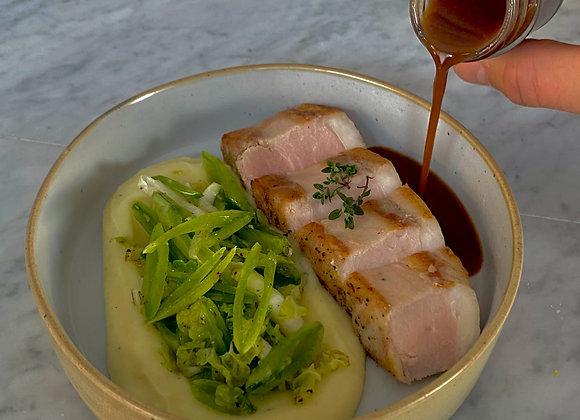 Traag gegaarde Iberico met sugarsnaps, Chinese kool, pastinaak en truffelsaus