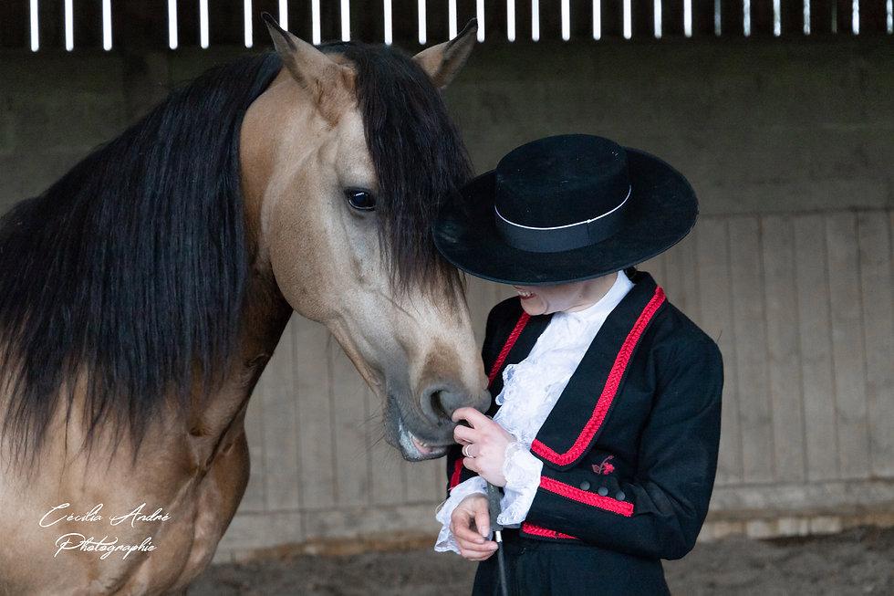 Cavalière en habits historiques et son cheval Isabelle