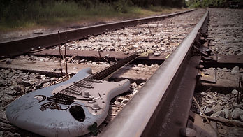 guitar-on-the-railroad-25987-1920x1080.j