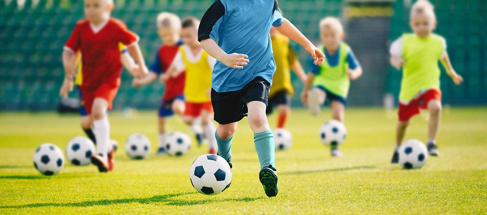 ילדים משחקים כדורגל