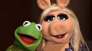 Piden cancelar a la cerdita Peggy por violencia contra la rana René en 'Los Muppets'