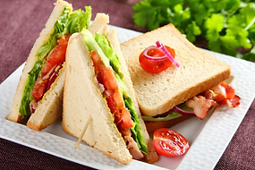 sandwich-z-bekonem-salata-i-pomidorem.we