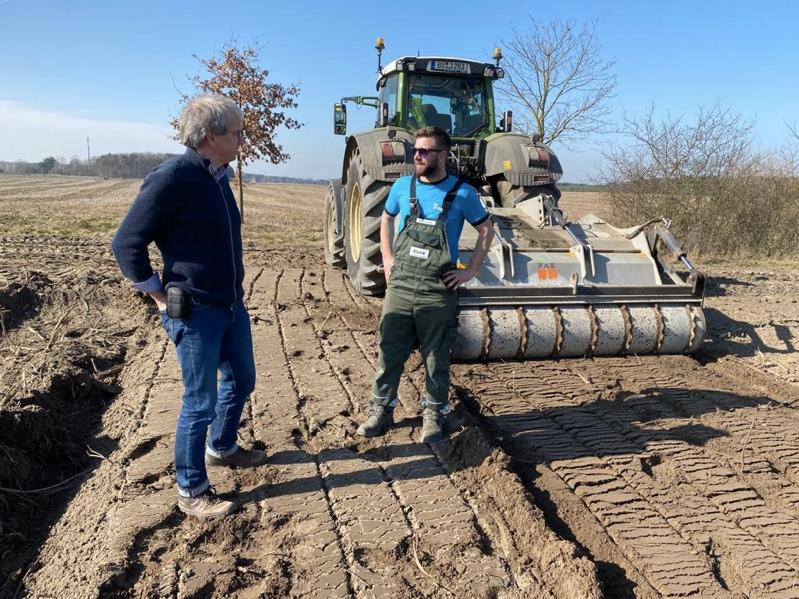 Martin Szaramowicz (links) mit Blunk-Mitarbeiter Marin Vollmer an der Forstfräse