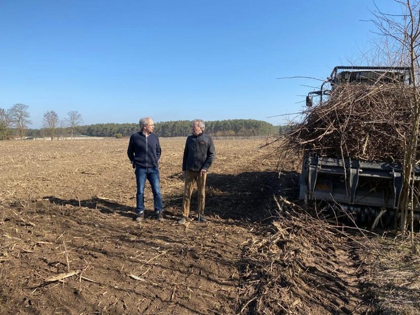 Martin Szaramowicz (links, Flächenagentur Brandenburg) und Axel Behmann (Geschäftsführer NfG) auf der Fläche.