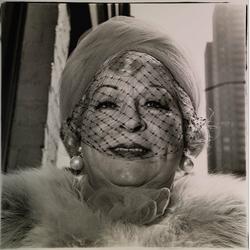 Dianne Arbus : Women in Veil on 5th AV 1968