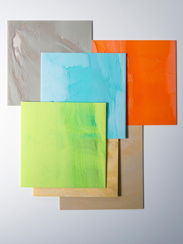 灰色、水色、オレンジ、黄緑、キャラメル色、ベージュの5色の新作アクリル