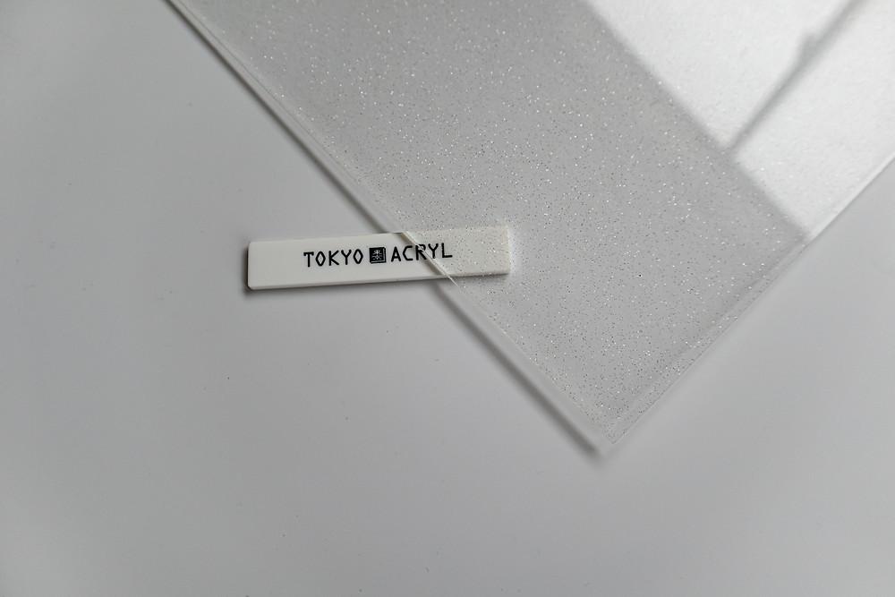 細かいシルバーラメの入ったアクリル板、控え目な煌めきが上品 /  TOKYO ACRYL