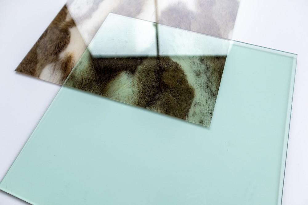 ガラス色のアクリル板とフォックステイルプリント布封入アクリル板