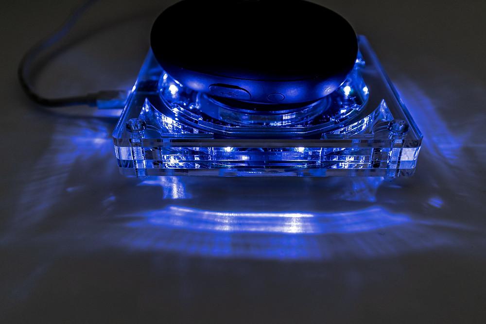 LEDの光がアクリルに反射します