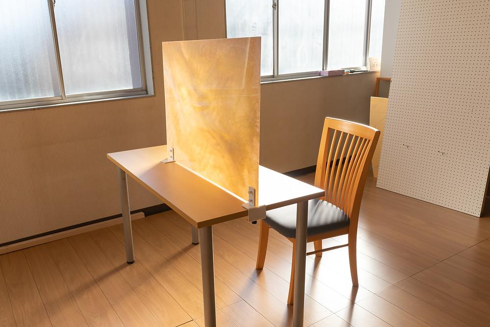 パーテーション使用例・金物脚はお問い合わせください / TOKYO ACRYL