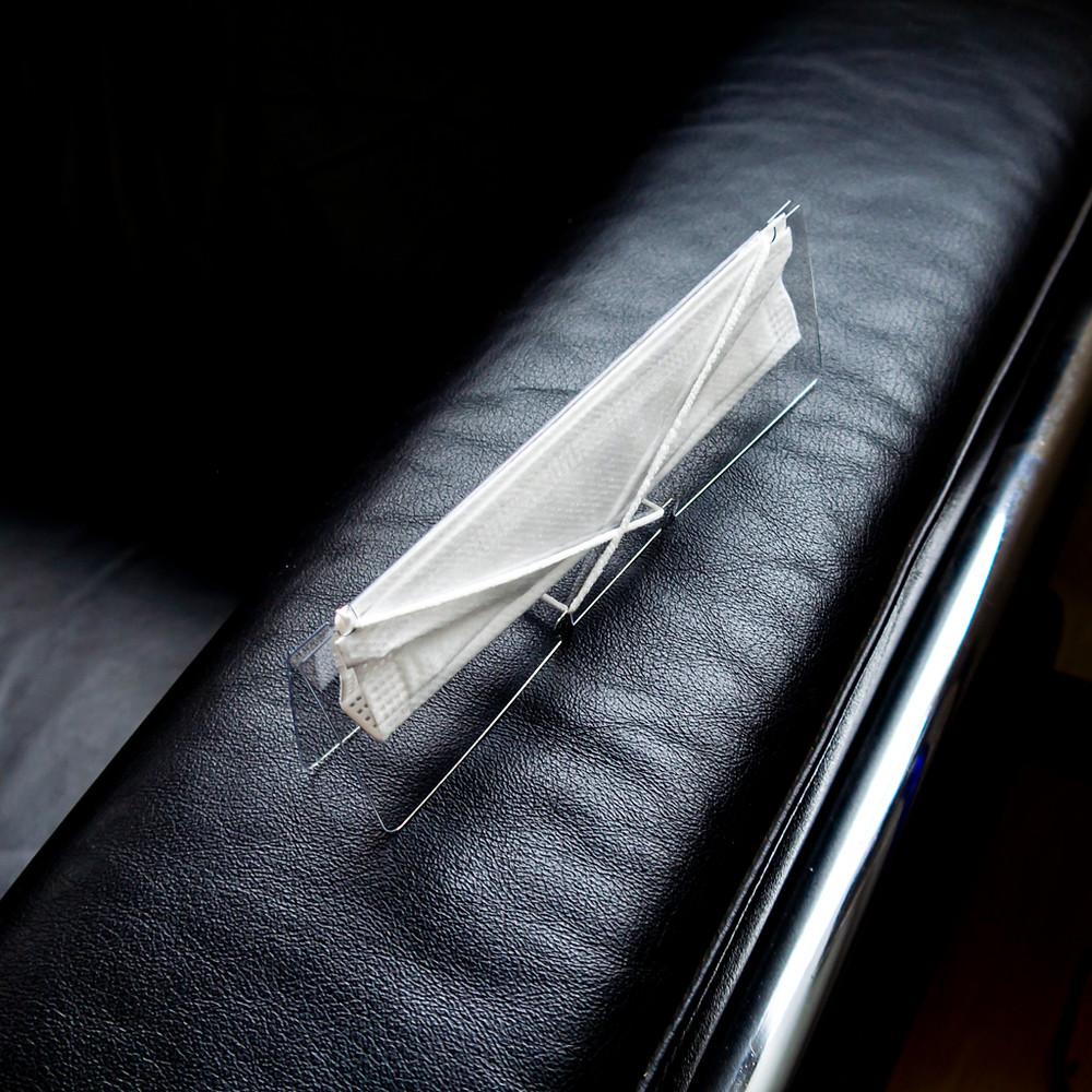 ソファーのひじ掛けにマスクホルダーを横置きしている写真