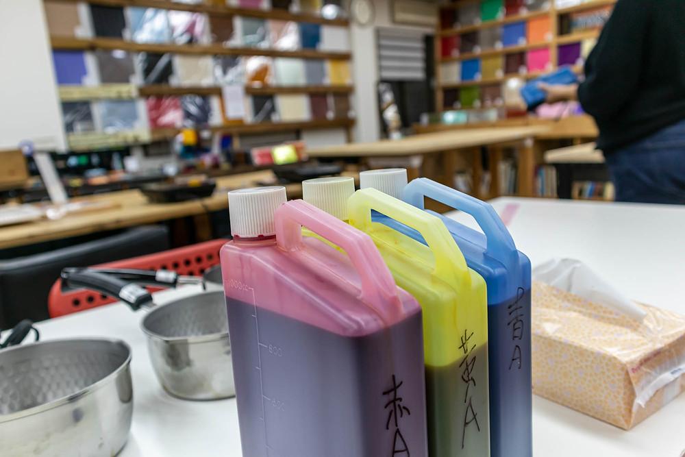 赤・黄・青の3色の染料を使います  / TOKYO ACRYL