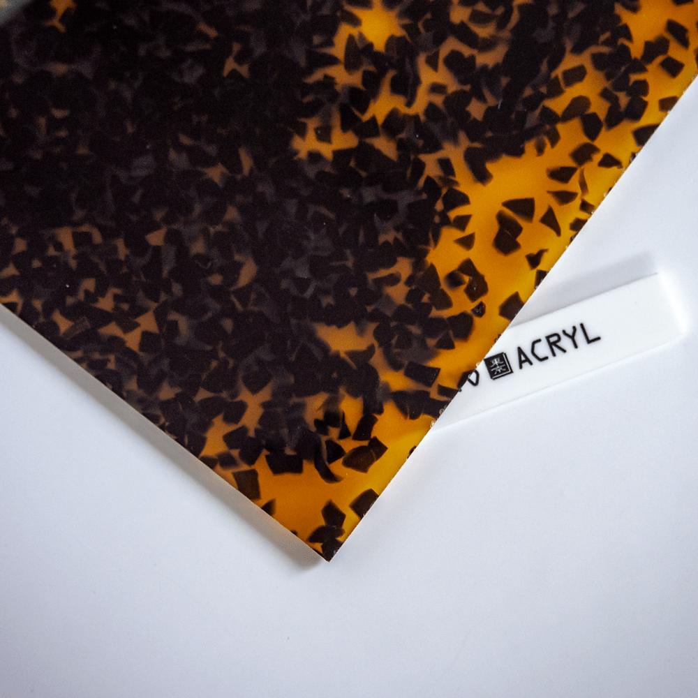 黄べっ甲に四角い粉砕アクリル封入 / Tokyo Acryl