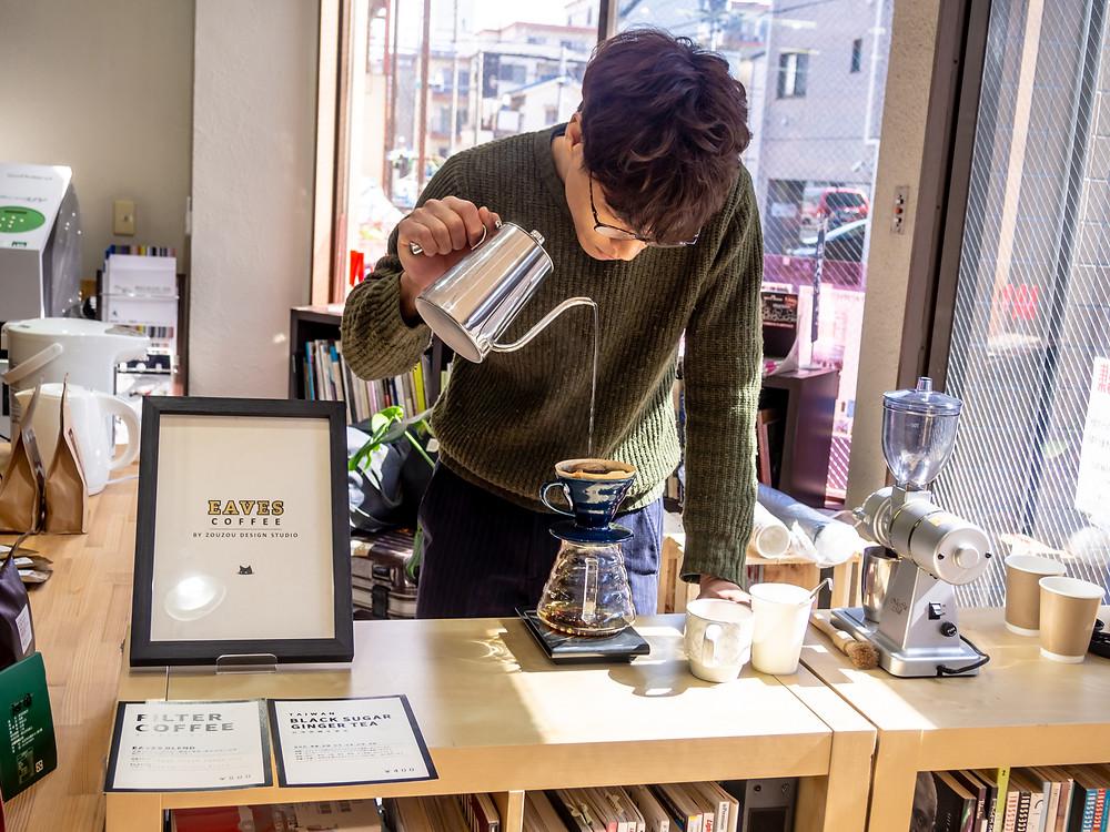 コーヒードリップ中/EAVES COFFEE