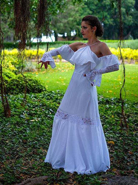 שמלת כלה בסגנון פלמנקו עם שיפולי בד ושרוולי תחרה