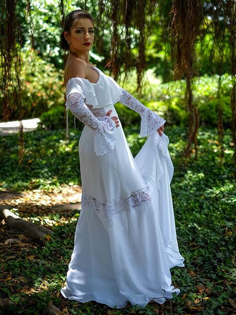 שמלת כלה בסגנון פלמנקו עם שיפולי בד, תחרה ושרוולי תחרה