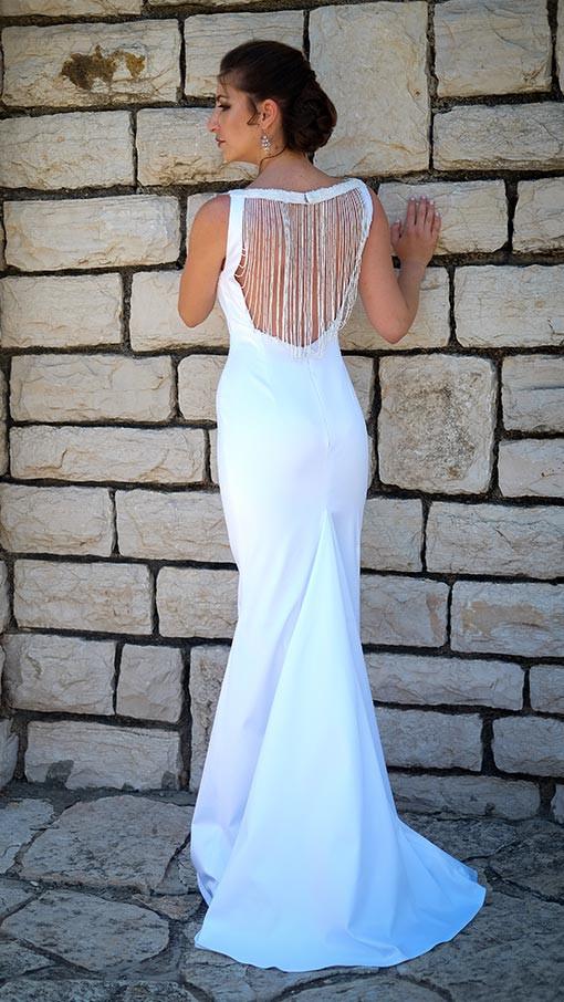 שמלת כלה קלאסית לבנה בסגנון טנגו ארגנטינאי עם שובל וחרוזים בגב