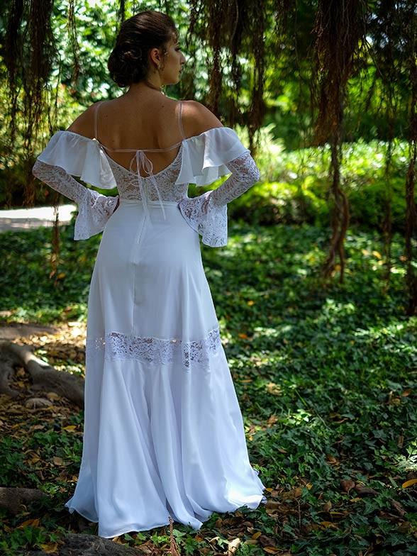 שמלת כלה בסגנון פלמנקו עם שיפולי בד, תחרה בגב ושרוולי תחרה