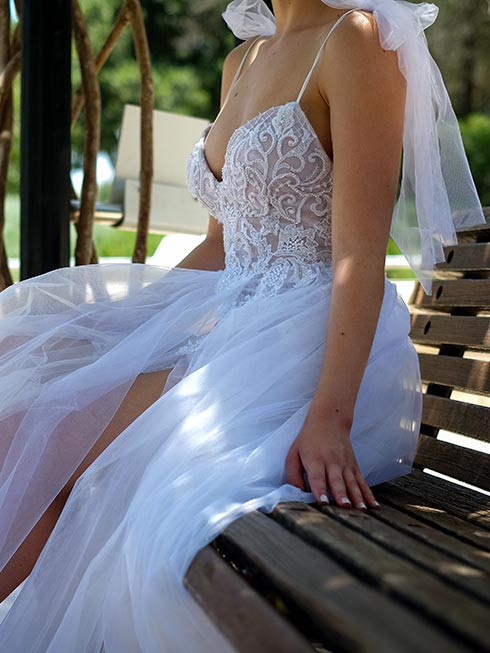 שמלת כלה בלרינה בעלת חצאית טול עם שסע ובגד גוף תחרה