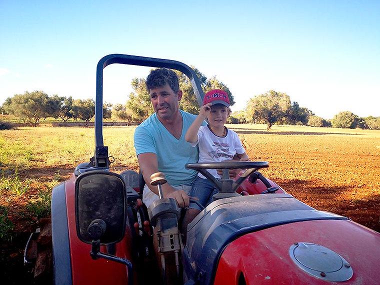 fresopolis_kind_traktor_feld.jpg