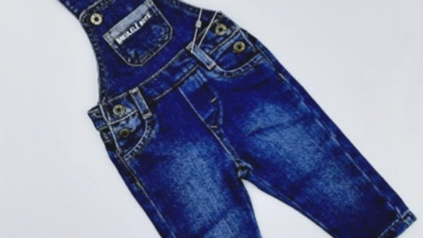 Jardineira jeans masculina bolso com termocolante Bakulelê