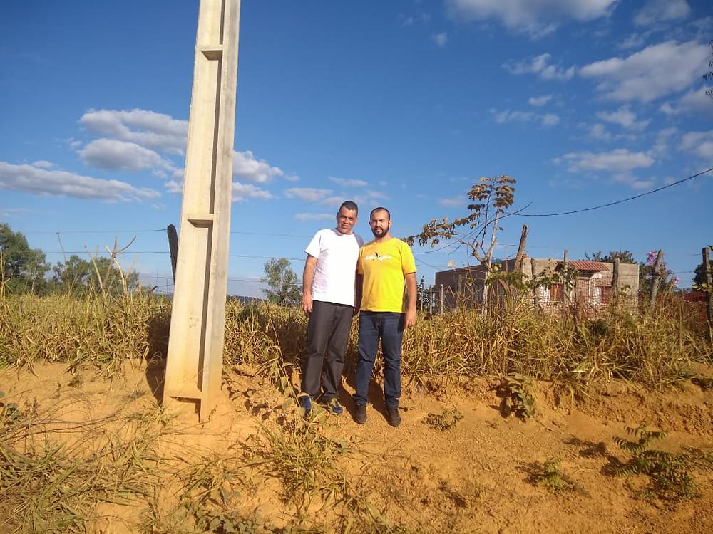Pr. Ismael e Fábio em frente ao lote