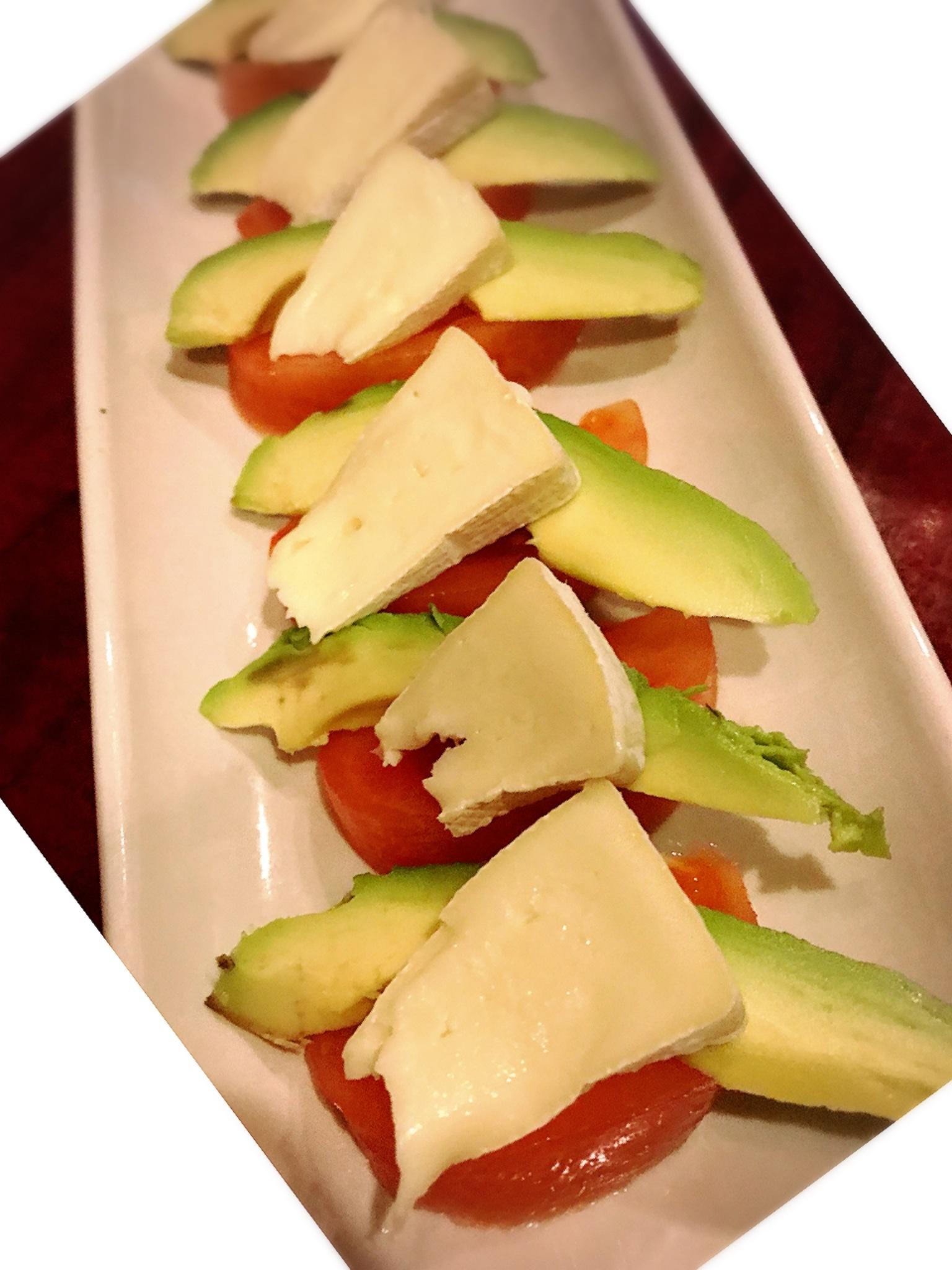 トマトとカマンベールのカプレーゼ風アボカド添え