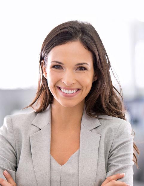 Kvinna i grå kostym