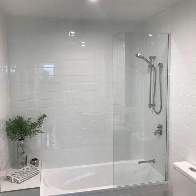 Bath screens - 6mm Semi frameless fixed.