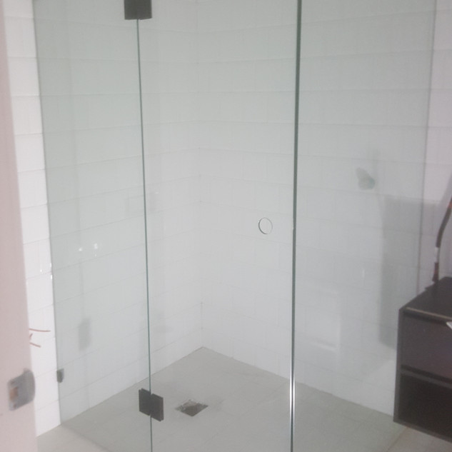 Frameless shower with Return and with Br