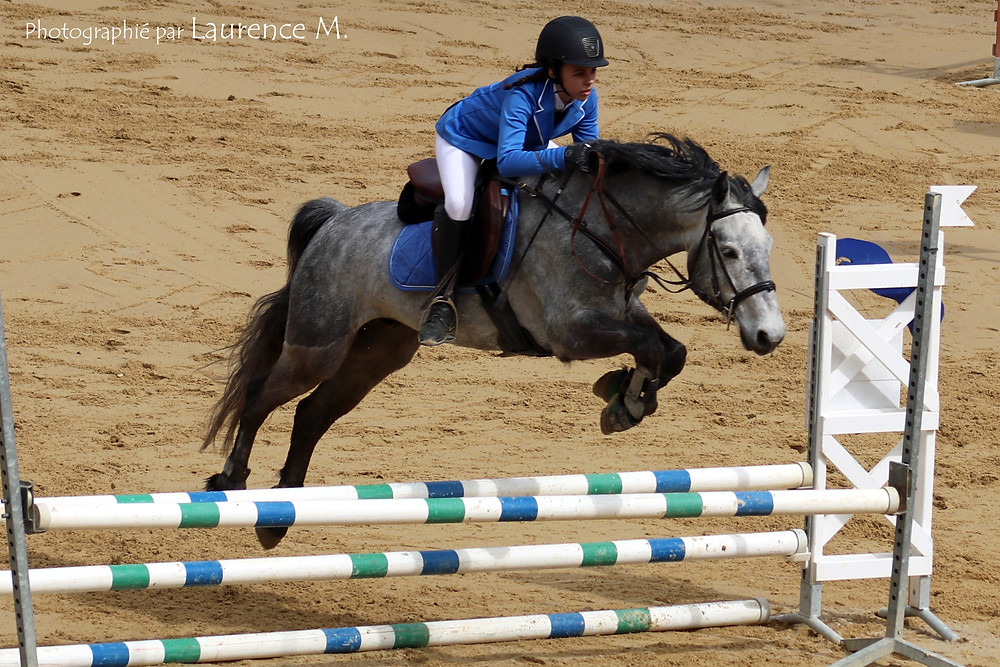 Elsa sur le poney Rafal mutant un obstacle