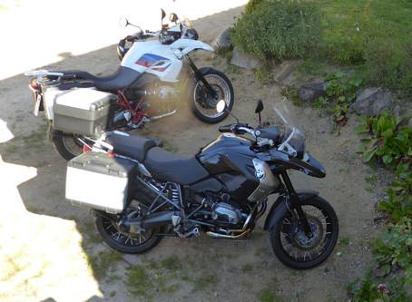 Deux belles motos dans la cour