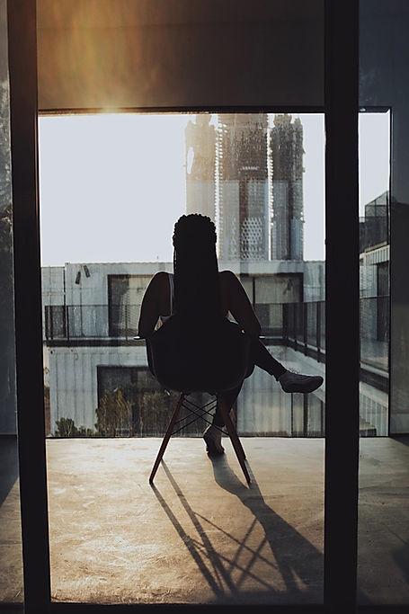 Assis sur le balcon