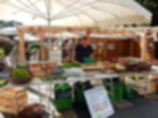 le marché des producteurs bio le lundi matin place du port à Ménil