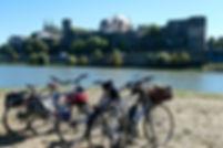 randonnée à vélo, les cyclistes et leurs montures se reposent face au château d'Angers