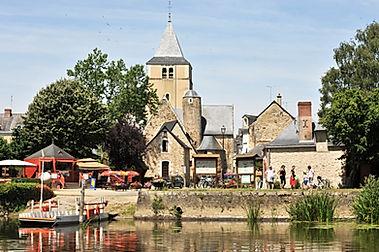 Vue sur le village de Ménil depuis la rive opposée
