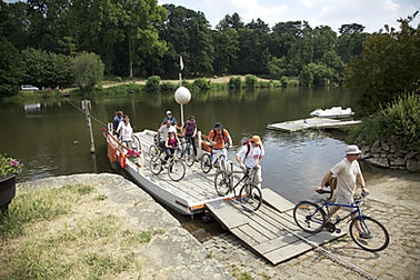 VéloFrancette : un groupe de cyclo-touristes franchit la Mayenne par le bac