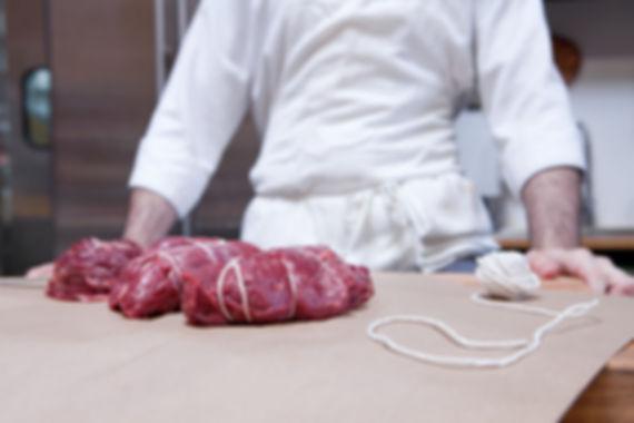 Macellaio con carne di manzo