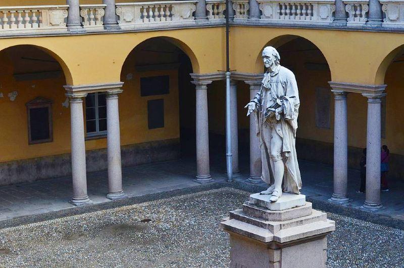 Statua di Alessandro Volta all'Università di Pavia