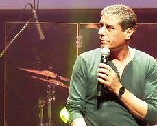 יואב יצחק במופע שירים הם חברים 2014.jpg