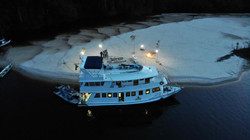 foto barco na ilha