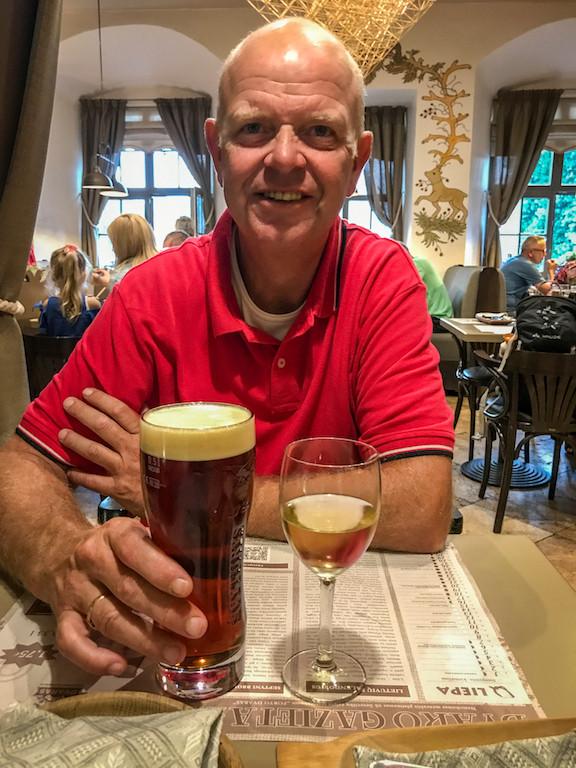 JP met een lokale pint in Kaunas (Litouwen)