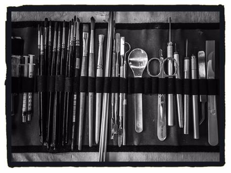 Pinsel, Skalpelle, Kanülen und sonstiges Feinwerkzeug.