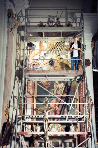 Konservierung des linken Seitenaltars in der barocken Marienwallfahrtskirche in Aalen-Unterkochen.
