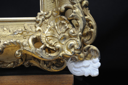 Dieses abgebrochene und verlorene Ornament wurde mittels eines Gipsabgusses exakt passend ergänzt. Mit der späteren Vergoldung wird der Schaden nicht mehr sichtbar sein.