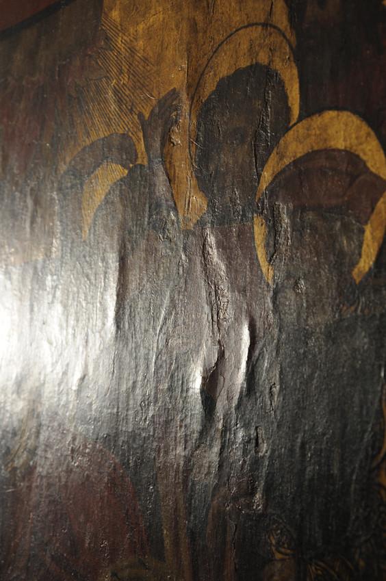 Blasen unter der Malschicht an einem mittelalterlichen Altarflügel, die ohne fachgerechte und vorsichtige Niederlegung abzuplatzen drohen.